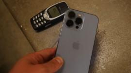 iPhone 13 Pro chiến thắng trong bài test đo độ bền với Nokia 3310 từ độ cao 20 tầng
